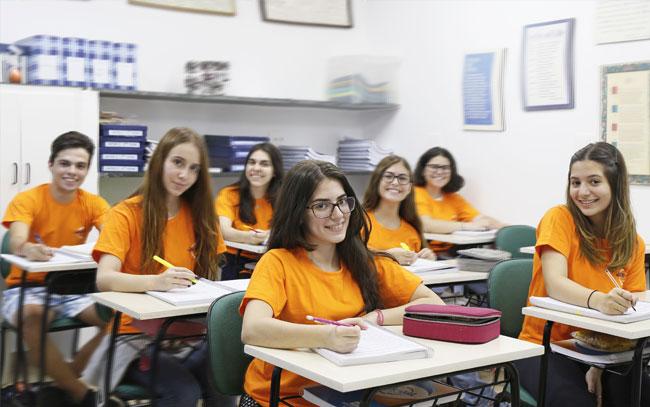 adolescentes estudando inglês
