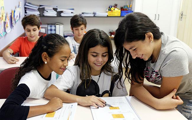 crianças estudando inglês