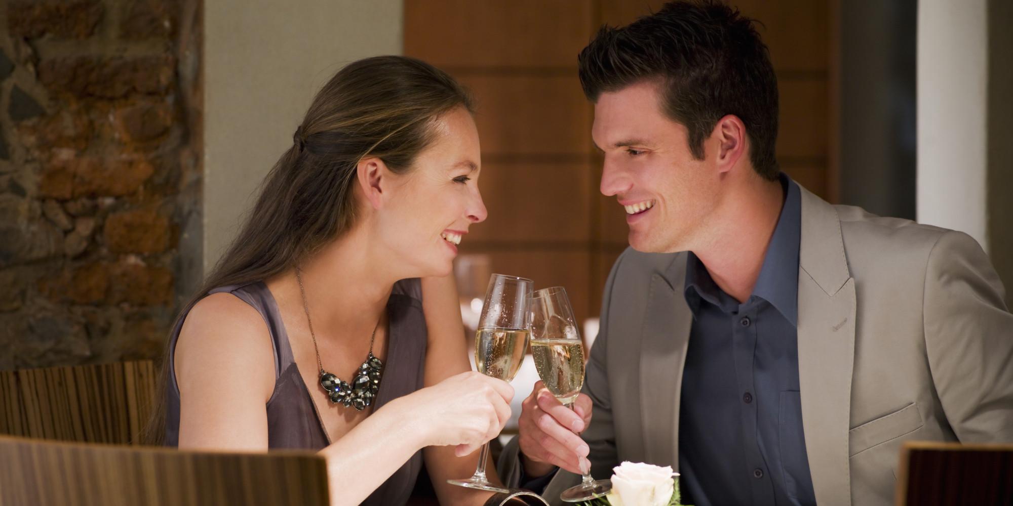 verbos no passado simples imagem de um casal brindando em um encontro
