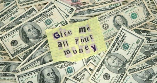 tempo verbal simple past para contar histórias imagem com várias notas de dólares com a frase Give me all your money no centro