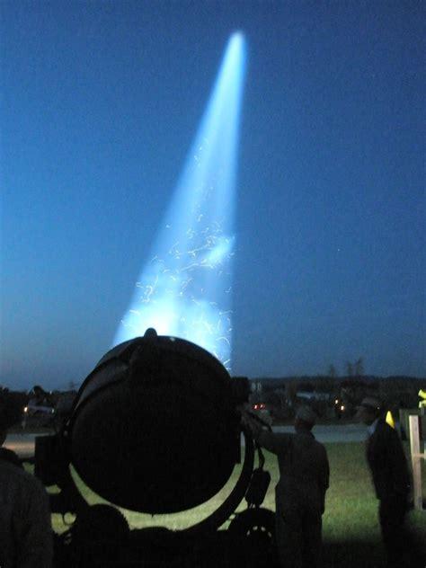 modal verbs no passado imagem de uma grande lanterna apontando para o céu